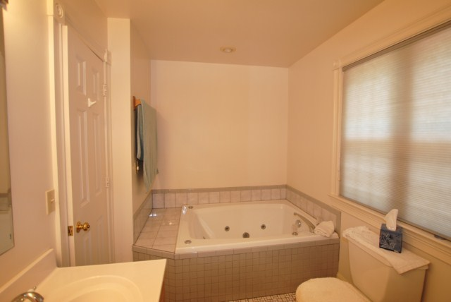 Master bath w/ whirlpool tub